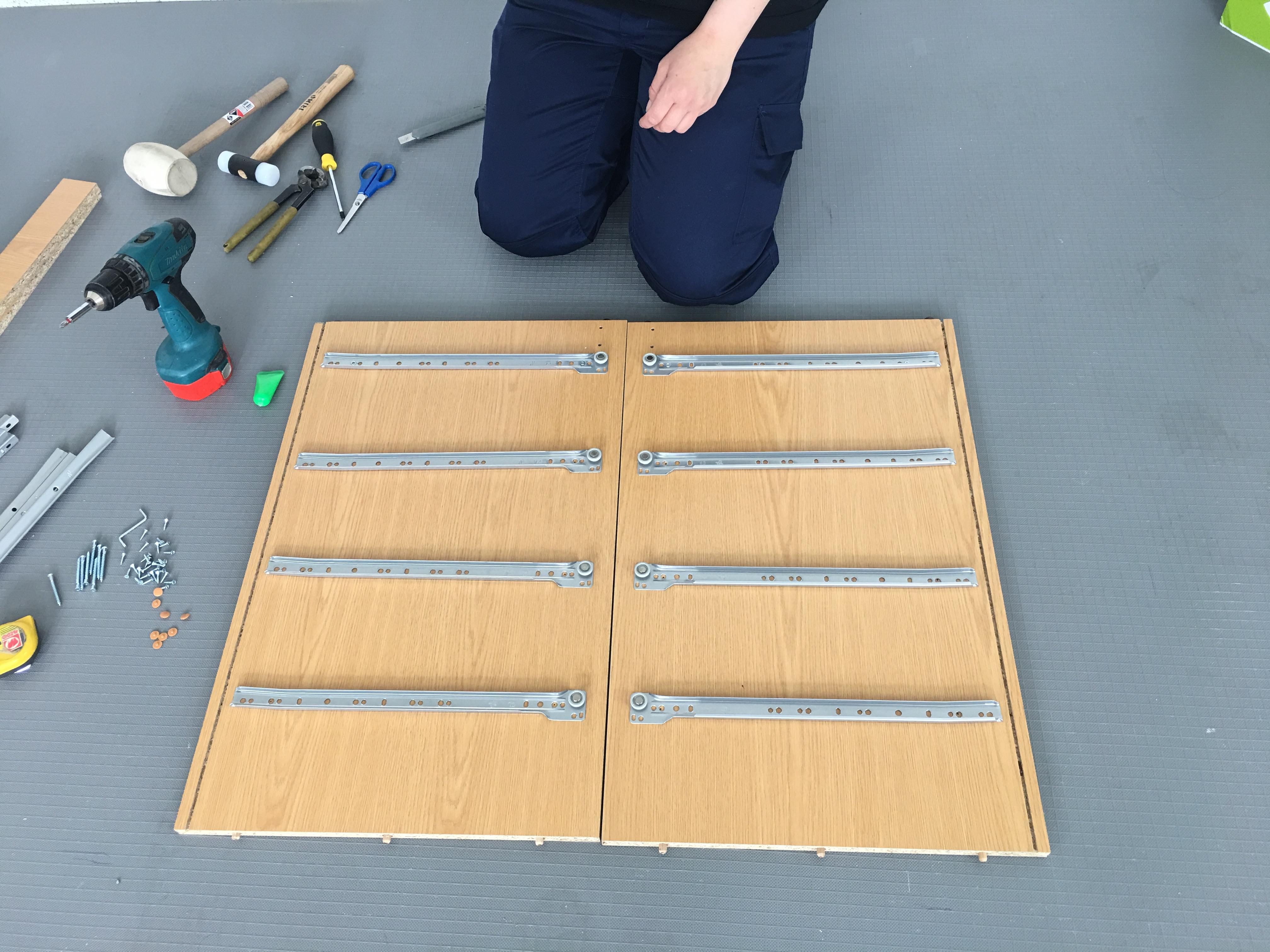 Cómo colocar unas guías extraíbles metálicas para cajones