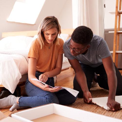 ¿Puede montar un mueble sin ayuda?